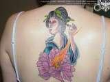 Tatuaggio sulla schiena geisha con il fiore