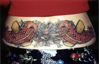 Tatuaggio carpe giapponese e loto sulla schiena