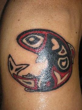 Tatuaggio rosso-nero pesce tribale
