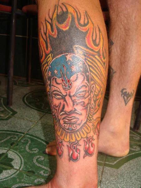 Shaman dei Aztechi a fuoco tatuato sulla gamba