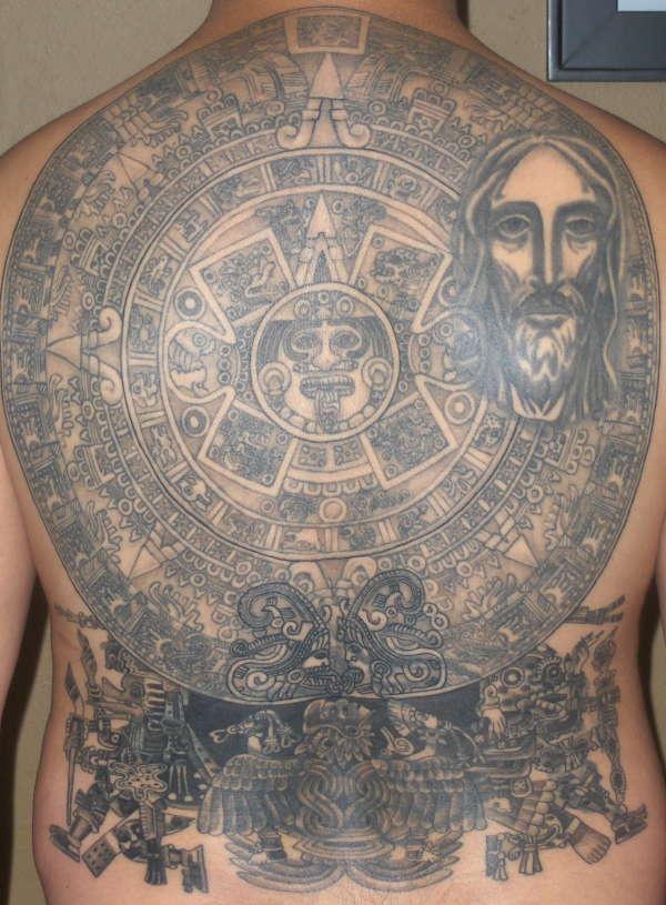 La Piedra del Sol (un monolite azteco) e Gesù tatuati sulla schiena