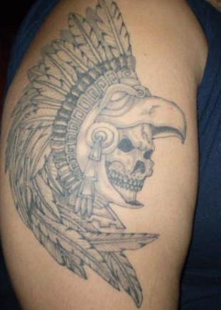 Teschio dei Aztechi con le piume tatuato