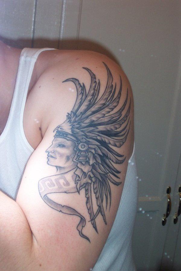 Azteco guerriero con le piume tatuato sul deltoide