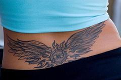 L&quotocchio con le ali tatuato sulla schiena