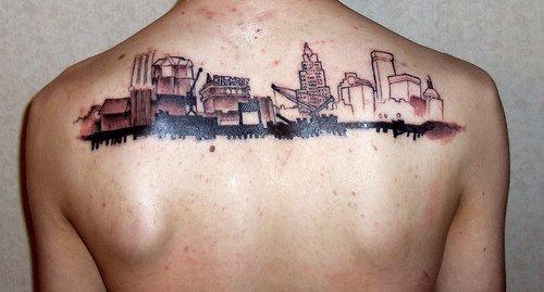 Tatuaggio sulla schiena paesaggio della città
