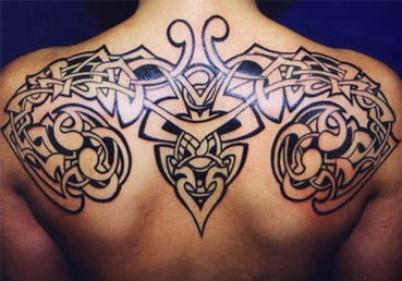 Grande simmetrico tatuaggio di disegno sulla spalla