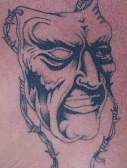 Tatuaggio maschera cattiva con filo spinato