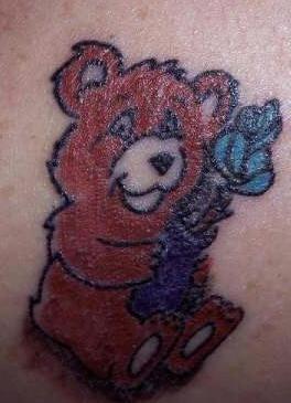orso carino presenta fiore tatuaggio