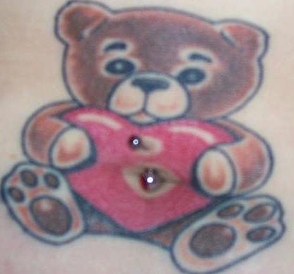 orsacchiotto con cuore tatuaggio