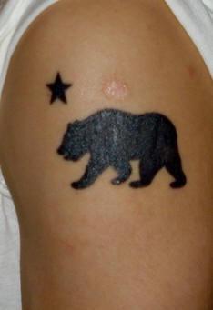 orso alasca con stella tatuaggio