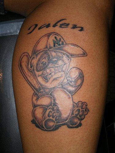 orso giocatore a baseball tatuaggio