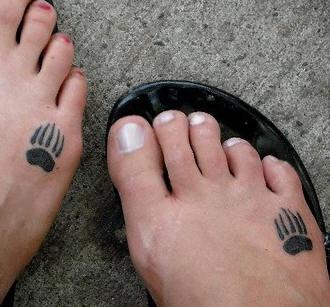 zampa di orso stanpata tatuaggio sul piede