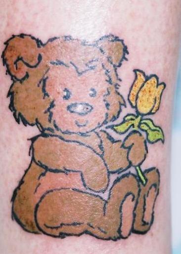 piccolo orso con fiore tatuaggio