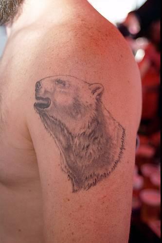 realistico orso polare tatuaggio sulla spalla