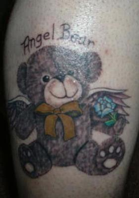 orsacchiotto angelo con fiore tatuaggio