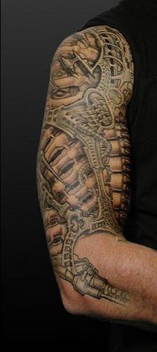biomeccanico largo sul braccio tatuaggio