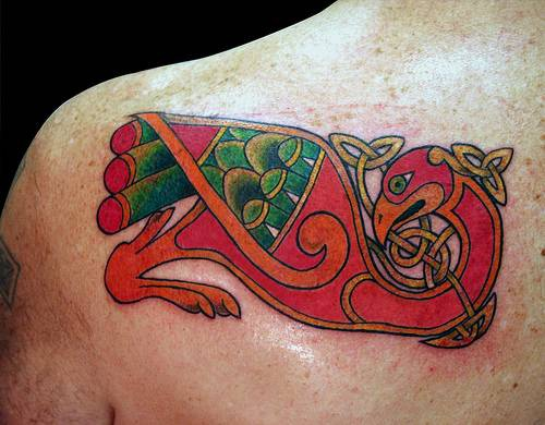 Tatuaggio bellissimo sulla spalla l&quotuccello magico