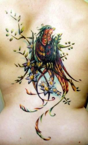 Tatuaje en la espalda, ave en la rama con flores