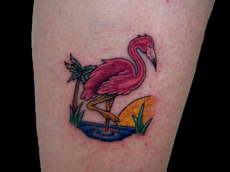 Tatuaggio colorato silla gamba il fenicottero rosa