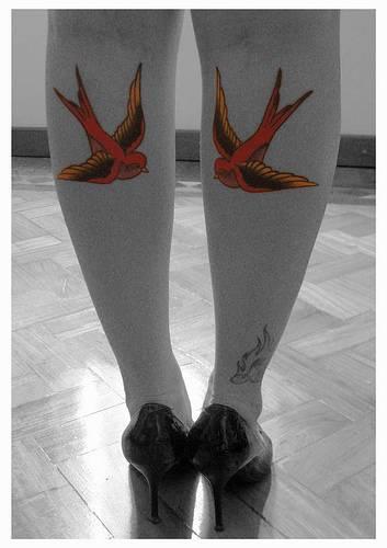 Tatuaggio sulle gambe gli uccelli colorati