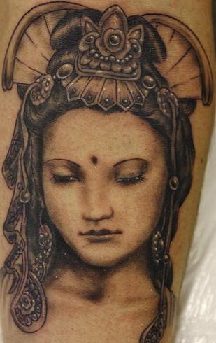 bellissima geisha inchiostro nero tatuaggio