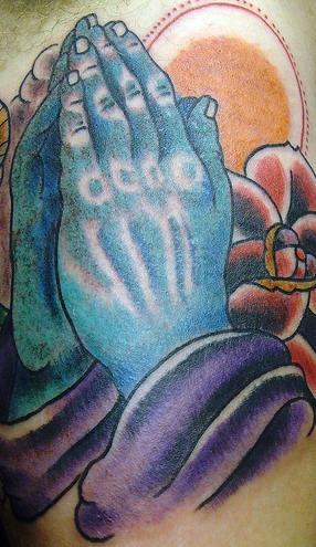Mani pregando e rose tatuaggio