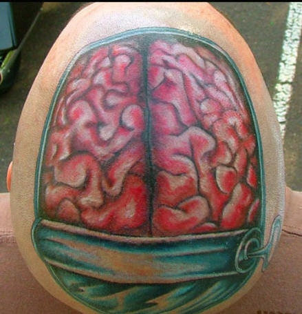Tatuaggio terrificante sulla testa il cervello nella capsula