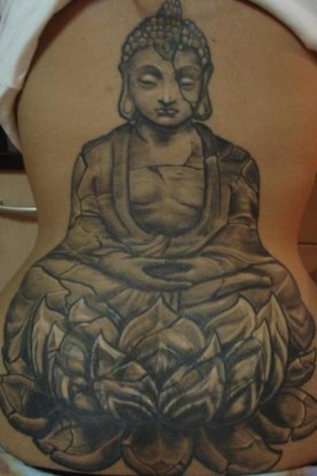 Buddha grande di pietra sul loto tatuaggio