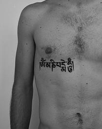 """buddista indu"""" mantra inchiostro nero tatuaggio"""