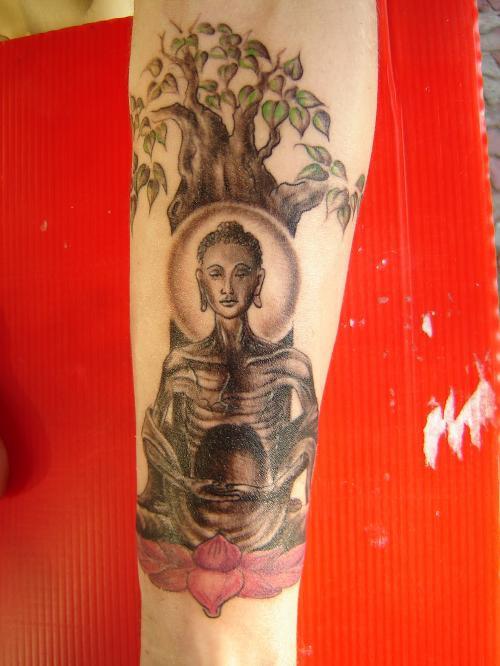 budda affamata sotto albero tatuaggio