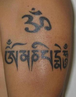 buddista mantra inchiostro nero tatuaggio