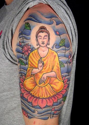 buddha meditazione sul loto tatuaggio colorato