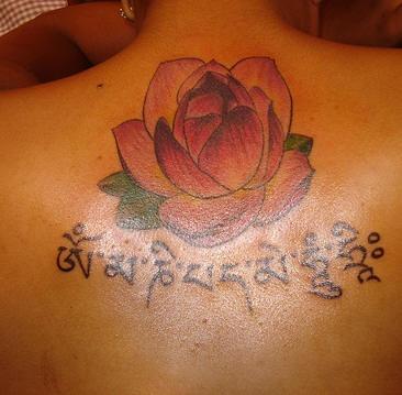 loto e mantra buddista tatuaggio