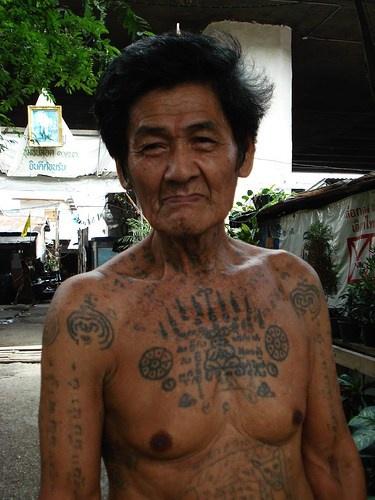 tibetano nativo con mantra tatuaggio