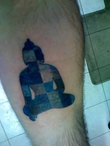 astratto buddha tatuaggio sulla gamba