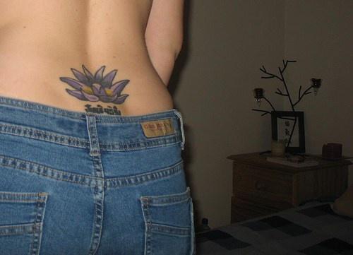 loto viola tatuaggio sulato basso della schiena