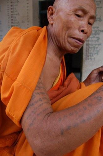 buddhista monaco con mantra tatuaggio