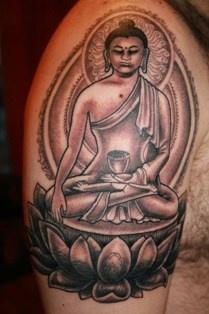buddhista meditazione inchiostro nero tatuaggio