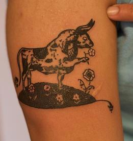 toro odorando fiore tatuaggio