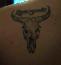 renegade cranio toro tatuaggio sulla spalla