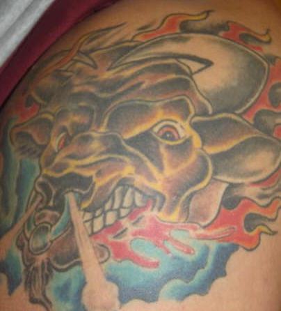 toro adirato con anello in naso tatuaggio colorato