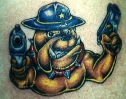 bulldog scerifo con pistole tatuaggio
