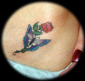 farfalla blu e rosa rossa tatuaggio