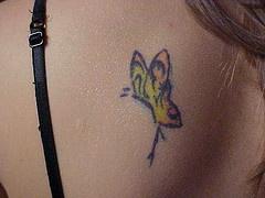 farfalla gialla tatuaggio sulla schiena