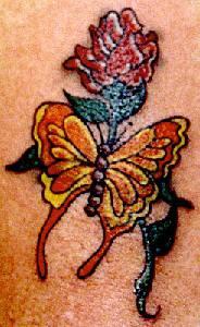 farfalla gialla e rosa rossa tatuaggio