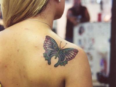 bellissima farfalla tatuaggio sulla spalla