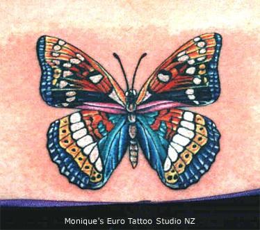 stupenda farfalla colorata parte bassa della schiena tatuaggio