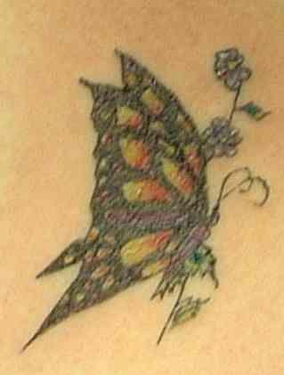 monarca farfalla con fiori piccolini tatuaggio