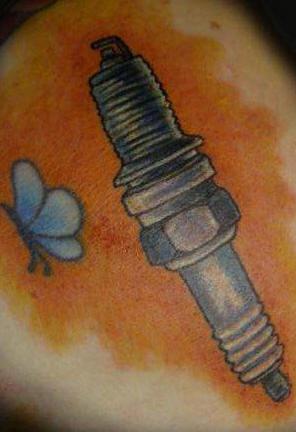scintilla di macchina con farfalla tatuaggio