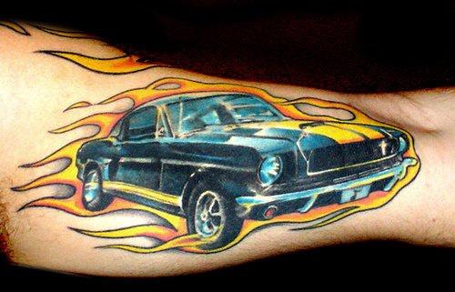 macchina musculo tatuaggio colorato